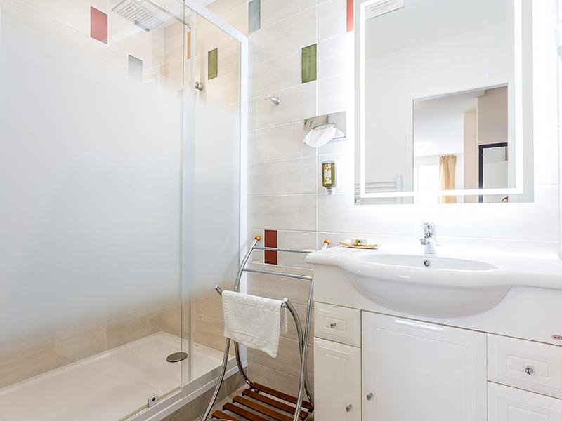 Hôtel Le Centre - salle de bain avec douche spacieuse