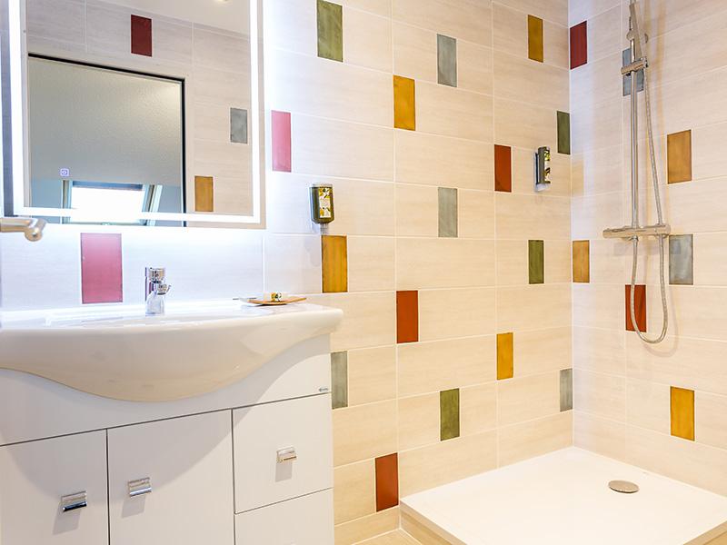 Hôtel Le Centre - salle de bain - lavabo et douche